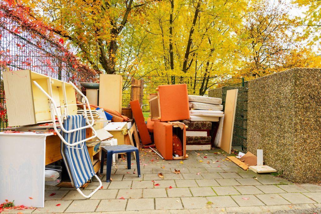 Müllentsorgung, alte Möbel auf dem Müllplatz, Sperrmüll